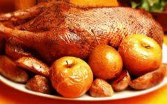 Гусь рождественский с яблоками в духовке целиком