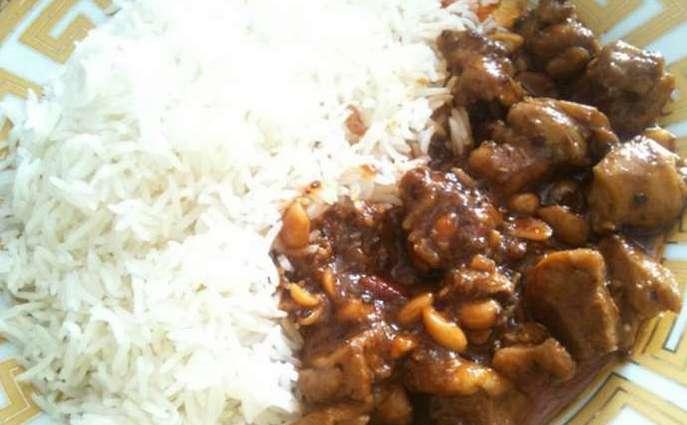 Куриные грудки в соевом соусе с арахисом и рисом