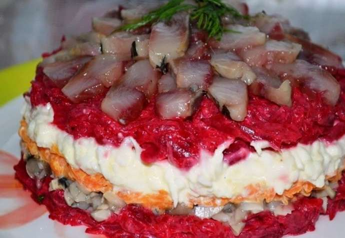 Салат с сельдью и грибами - рецепт