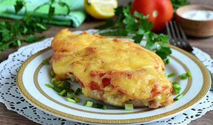 Куриное филе с помидорами и сыром запеченное в духовке
