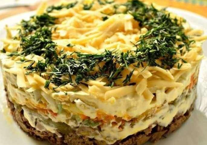 Салат с печенью трески, сыром и солеными огурцами
