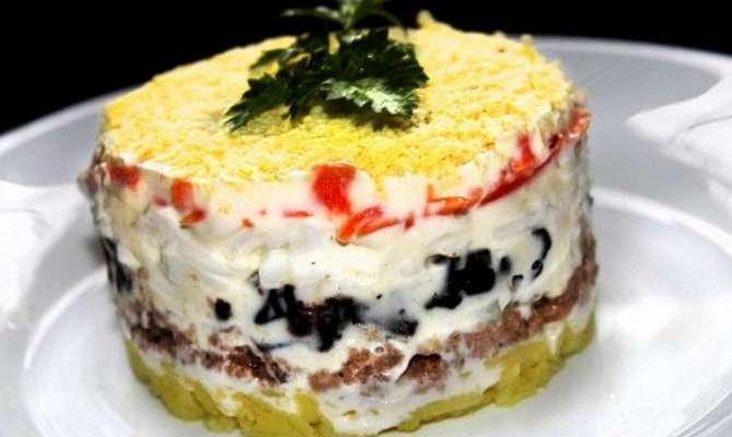Салат с печенью трески и черносливом