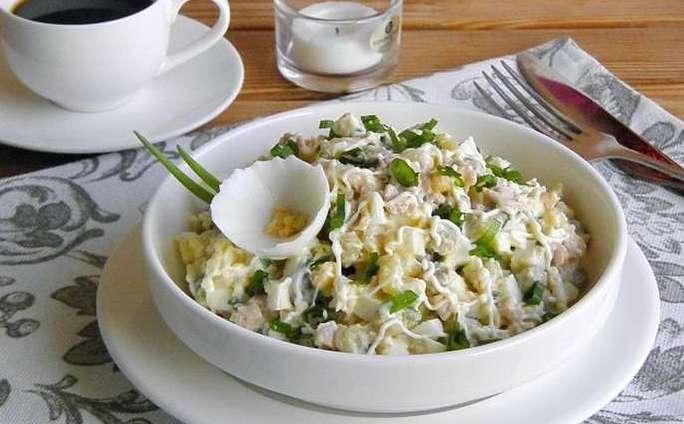 Салат из печени трески с перепелиными яйцами