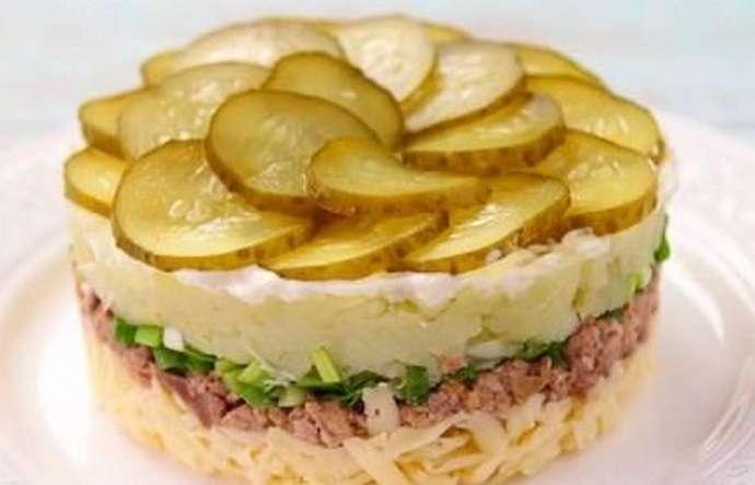 Салат с печенью трески и маринованными огурцами
