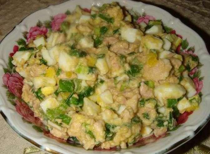 Салат из тресковой печени с яйцом и луком