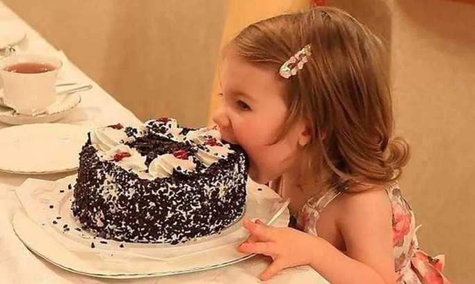 Ребенок ест торт