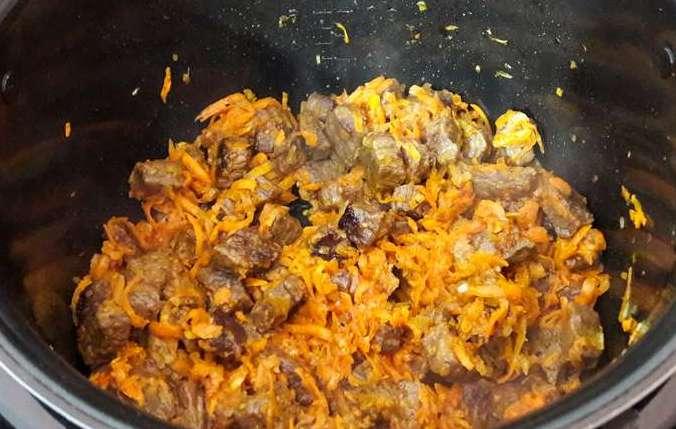 Добавляем к мясу морковку и лук