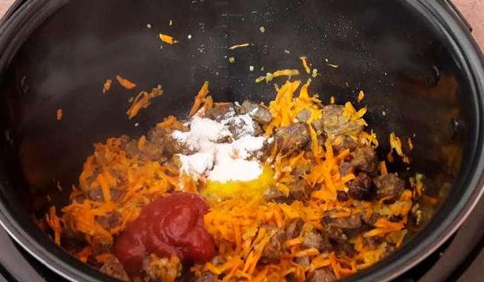 добавляем томатную пасту и муку
