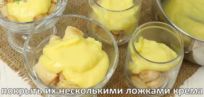заливаем слоем крема