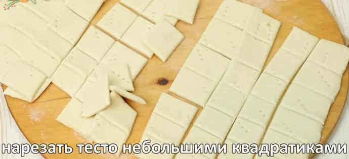 Нарезаем тесто квадратиками