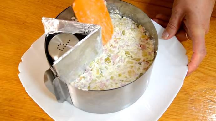 накладываем салат и ровняем лопаткой