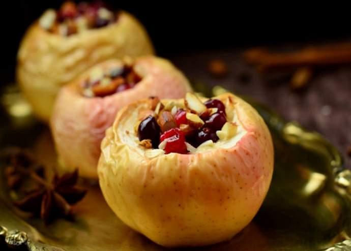 Печеные яблоки с начинкой из изюма и орехов