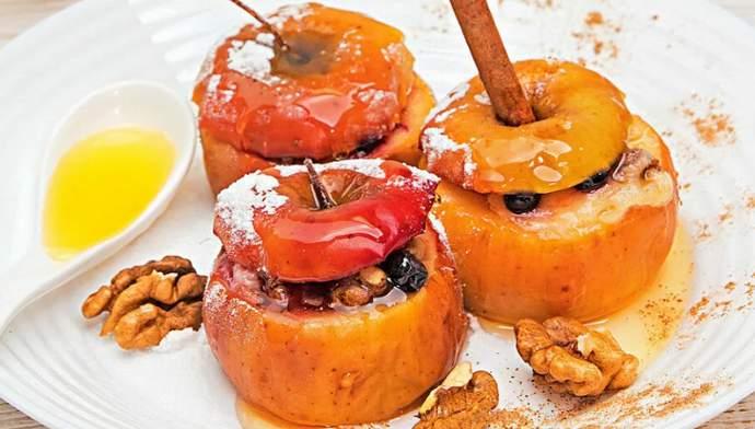 Печеные медовые яблоки с начинкой из изюма и орехов