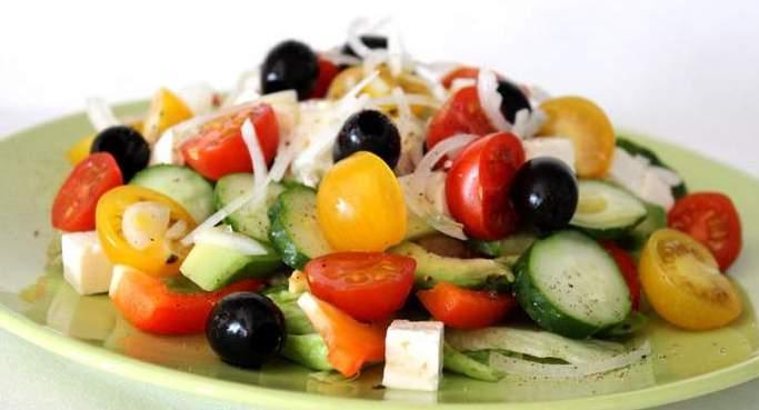 салат из овощей с сыром Фета