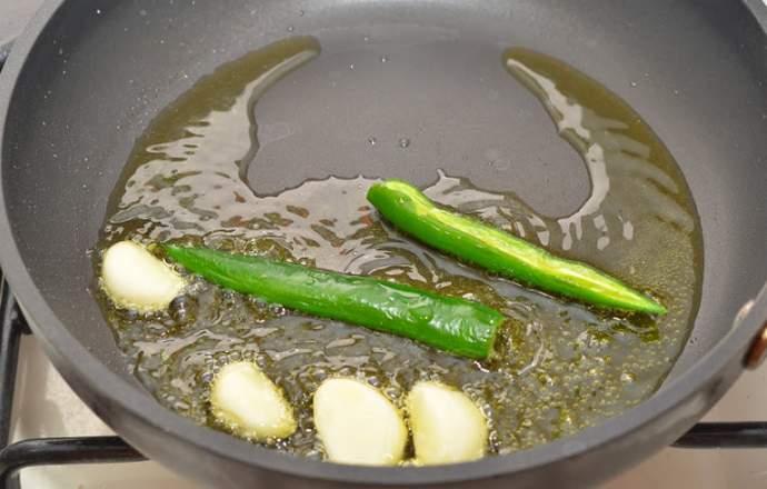 Обжариваем перец и чеснок
