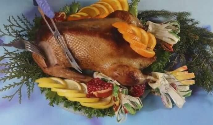 Рождественский гусь с яблоками и черносливом в духовке