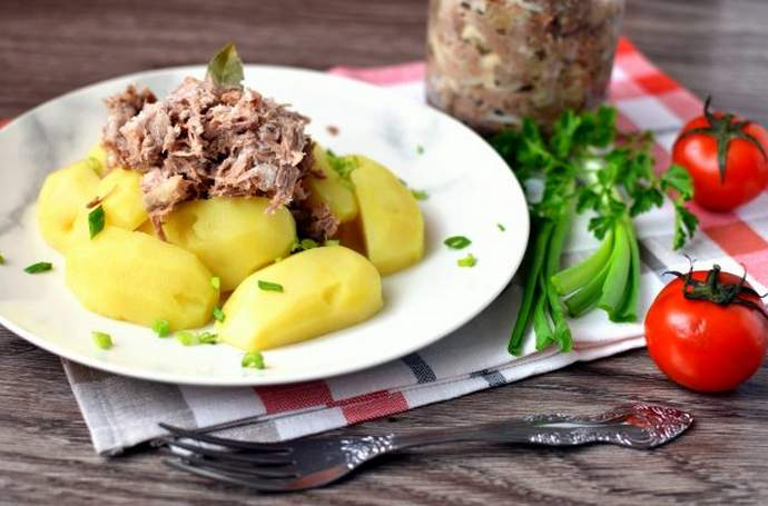 сытный ужин из домашней тушенки и отварного картофеля