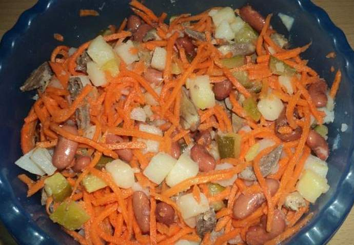 Салат с куриными сердечками, фасолью и корейской морковью