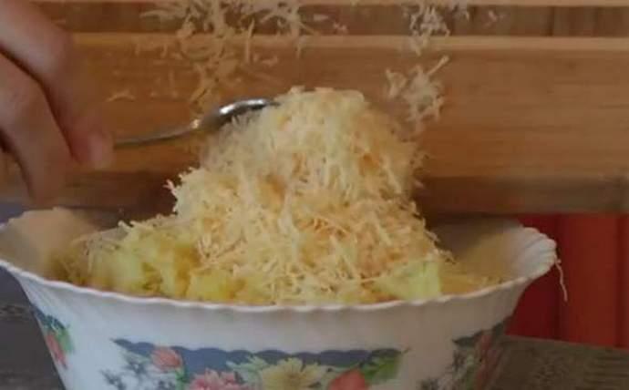 Добавляем сыр в картофельное пюре