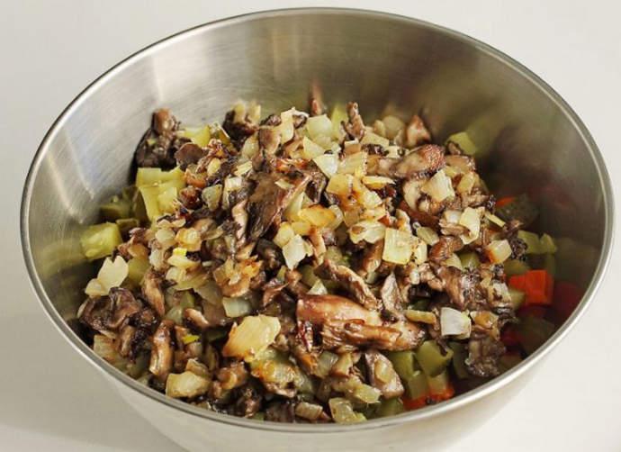 добавляем грибы с луком