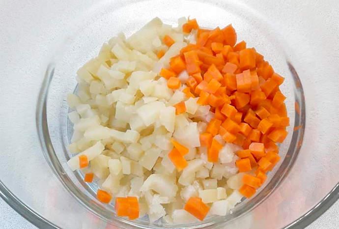 Нарезаем морковь и картофель
