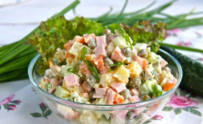 Классический салат Оливье со свежим огурцом и колбасой