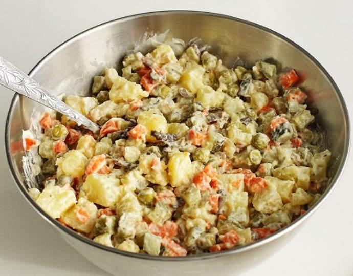 заправляем и перемешиваем салат