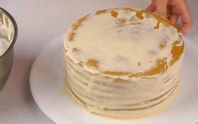 обмазываем кремом тортик