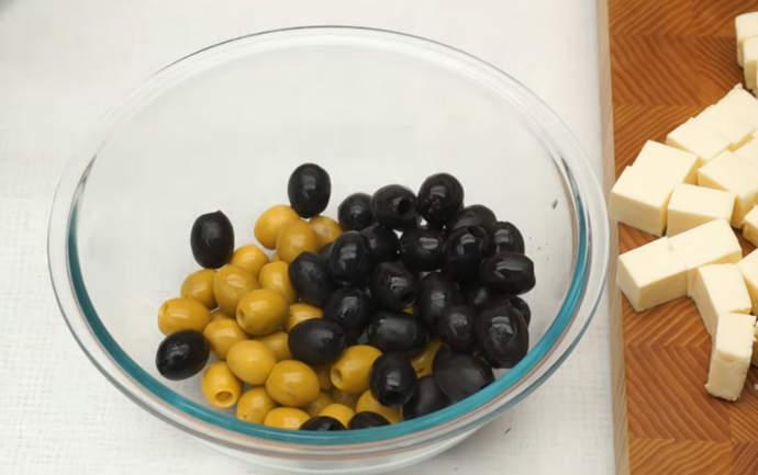 оливки в миске