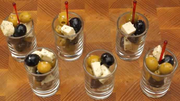 закуска с оливками и сыром в стаканчиках