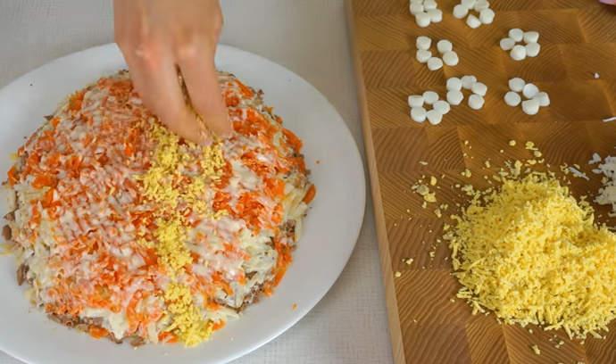 трем желток и начинаем украшать салат