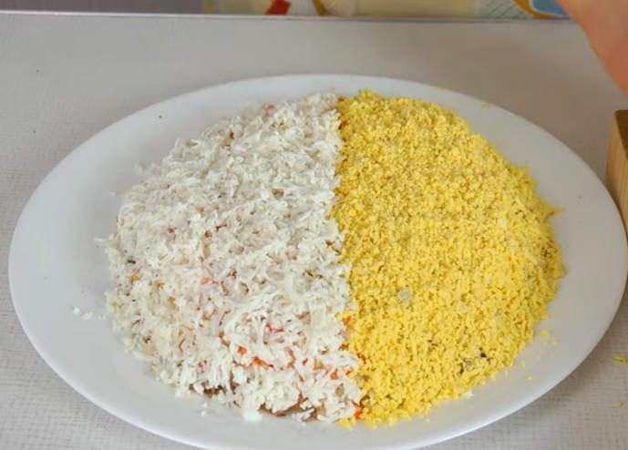украшаем салат белок и желток