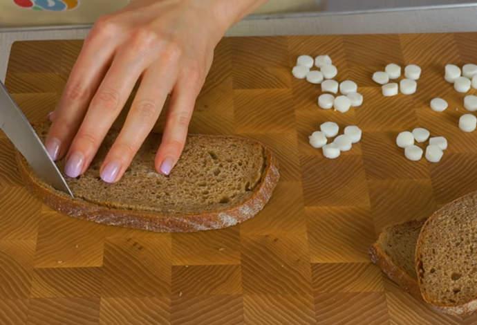 режем хлеб на украшение салата