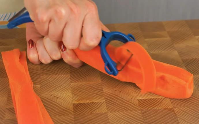 нарезаем полоски моркови