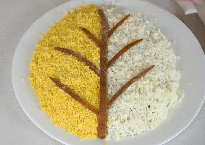 20 делаем дерево из корочек хлеба на салате