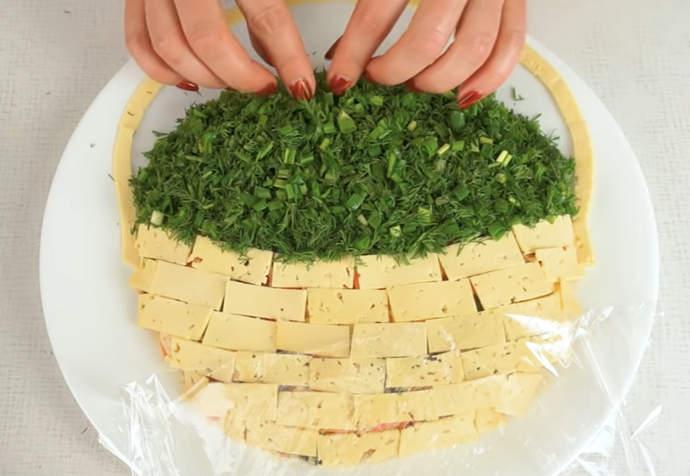 выкладываем зелень на салат