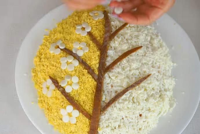 делаем украшение цветы из белка на салате