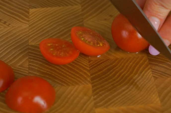 режем помидорки черри