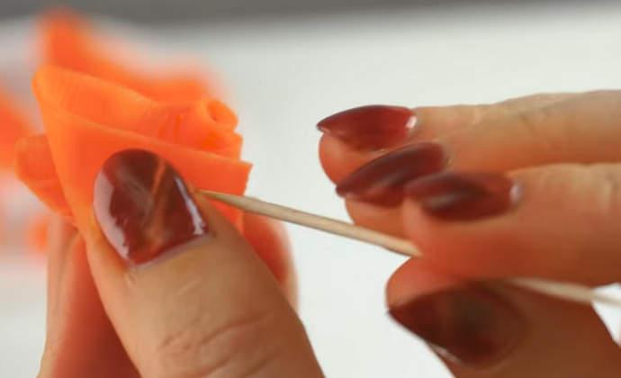 закрепляем розочку зубочисткой