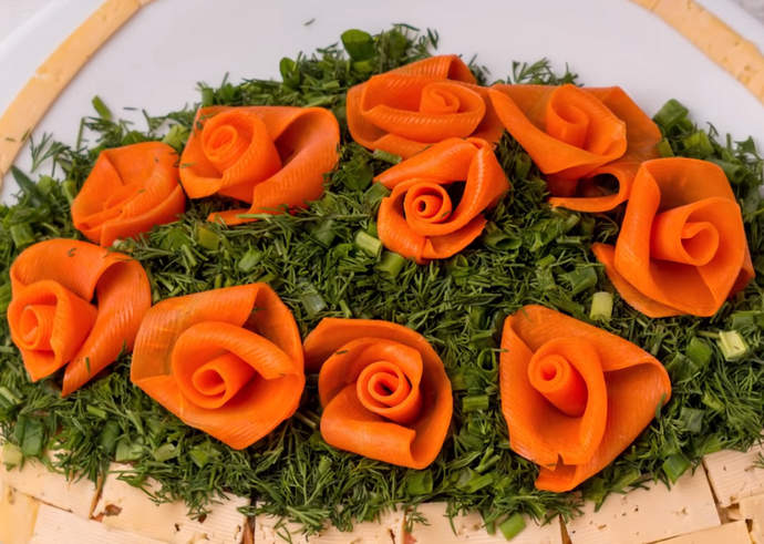 украшаем салат розами
