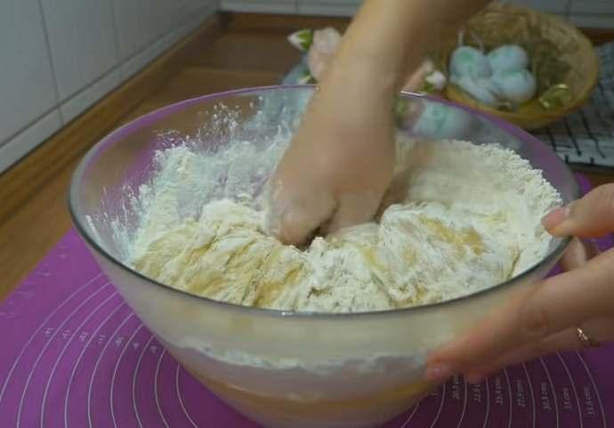 вымешиваем тесто руками
