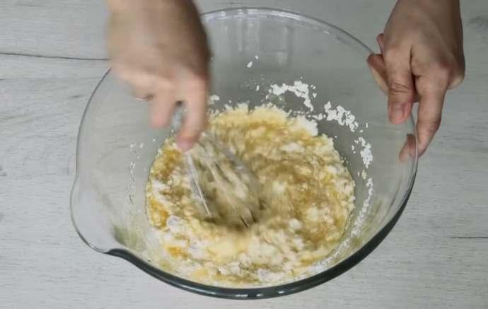 месим творог с яйцами и сахаром