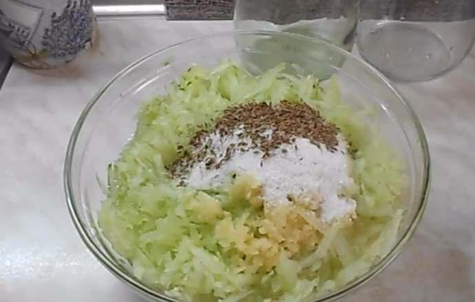 добавляем соль укроп