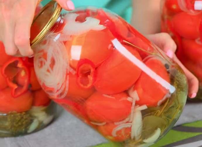 Вкуснейшие маринованные помидоры с луком на зиму