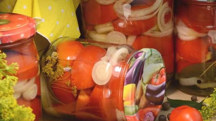 вкусные маринованные помидоры, резанные дольками с луком