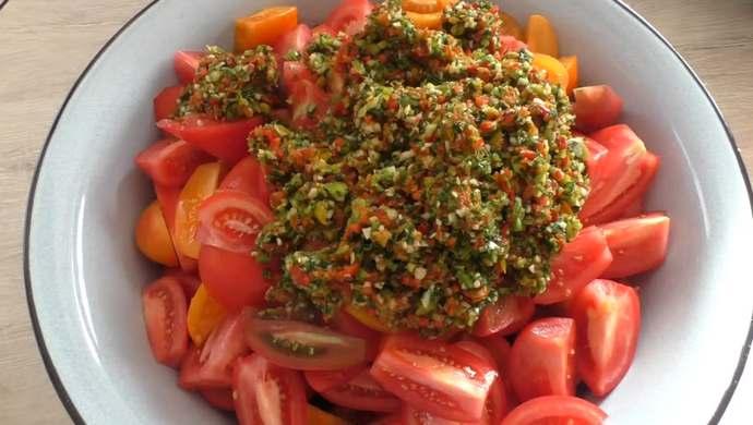 добавляем маринад в помидоры