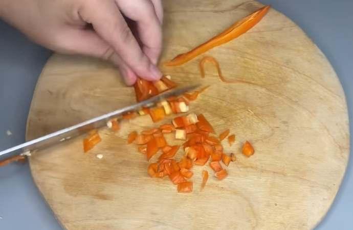 нарезаем острый перец чили