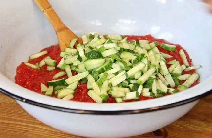 кладем огурцы в томат