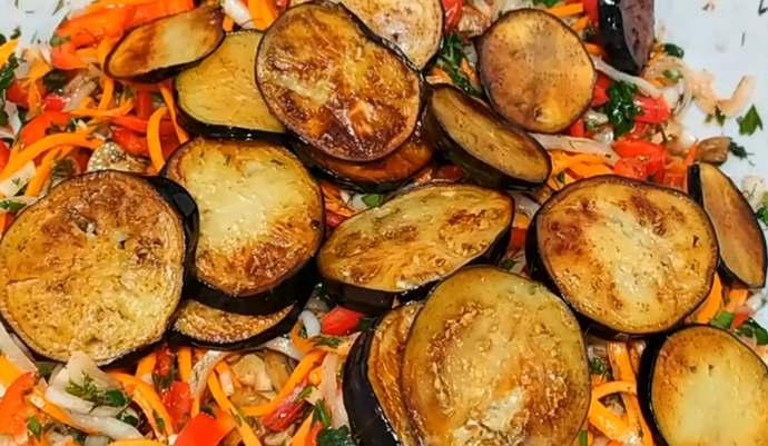 добавляем баклажаны в салат