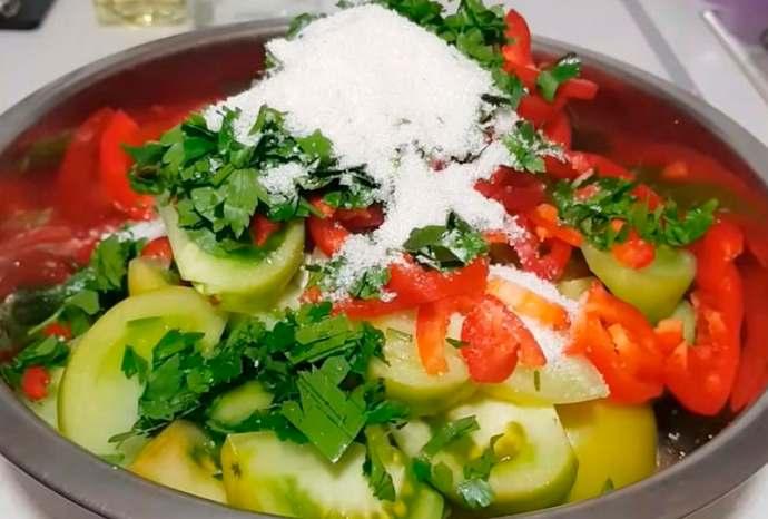 мешаем овощи в миске